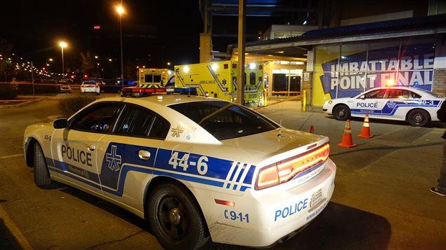 Les policiers du SPVM ont installé un large périmètre de sécurité autour du supermarché où a eu lieu l'agression.