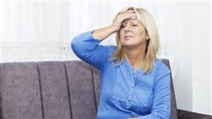 Une femme souffrant de bouffées de chaleur dûes à la ménopause