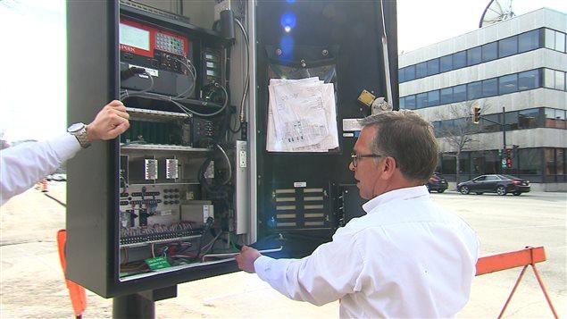 L'intérieur d'un des nombreux coffrets bruns au pied des feux de signalisation est truffé d'outils technologiques qui récoltent des données. Plusieurs possèdent des capteurs qui détectent les appareils Bluetooth des automobilistes.