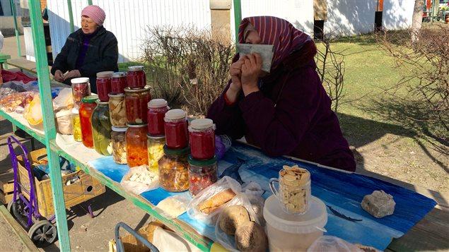 Ces femmes vendent des produits de la ferme et de la forêt au marché local. Les champignons, comme on en voit dans ces bocaux, sont les aliments qui accumulent le plus de radiations.