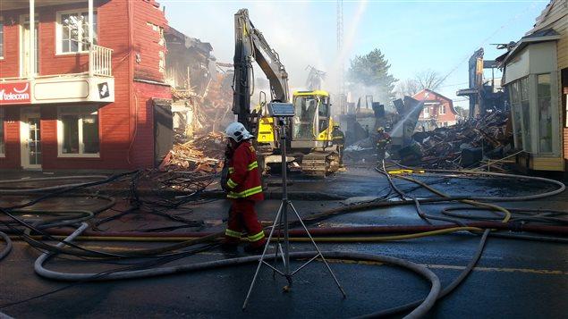 Les pompiers de cinq municipalités étaient toujours sur place, dimanche matin.