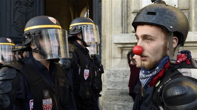 Des manifestants du mouvement Nuit debout devant des policiers, à Paris, le 12 avril 2016