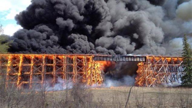 Pont de Mayerthorpe en feu. Photo : CBC