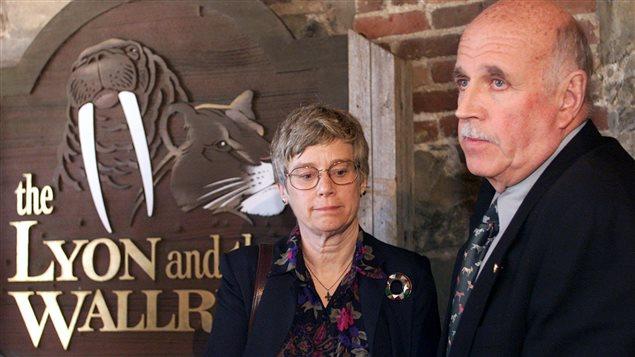 Les propriétaires du magasin d'antiquités The Lyon and the Wallrus, Wally Hoffman et Gwen Simpson, lors d'une conférence de presse, à Montréal, le 13 avril 2000.