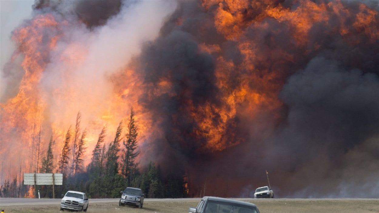 Une énorme boule de feu embrase la forêt à 16 km au sud de Fort McMurray samedi 7 mai, 2016