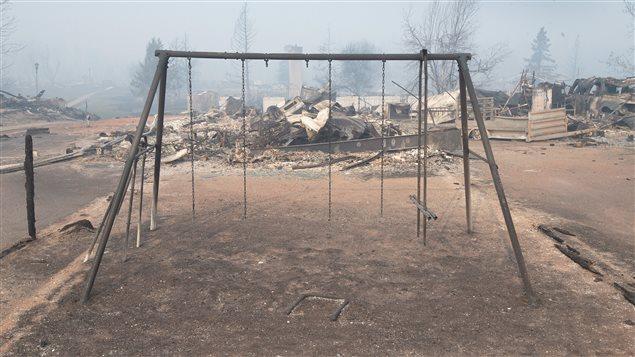 Des balançoires détruites par les flammes à Fort McMurray