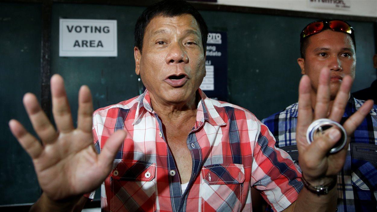 Le candidat à l'élection présidentielle Rodrigo Duterte se prépare à voter à Davao, dans le sud des Philippines, le 9 mai 2016.