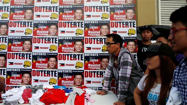 Des partisans de Rodrigo Duterte font la ligne pour obtenir des t-shirts de campagne, à la veille de l'élection, le 8 mai 2016, à Davao.