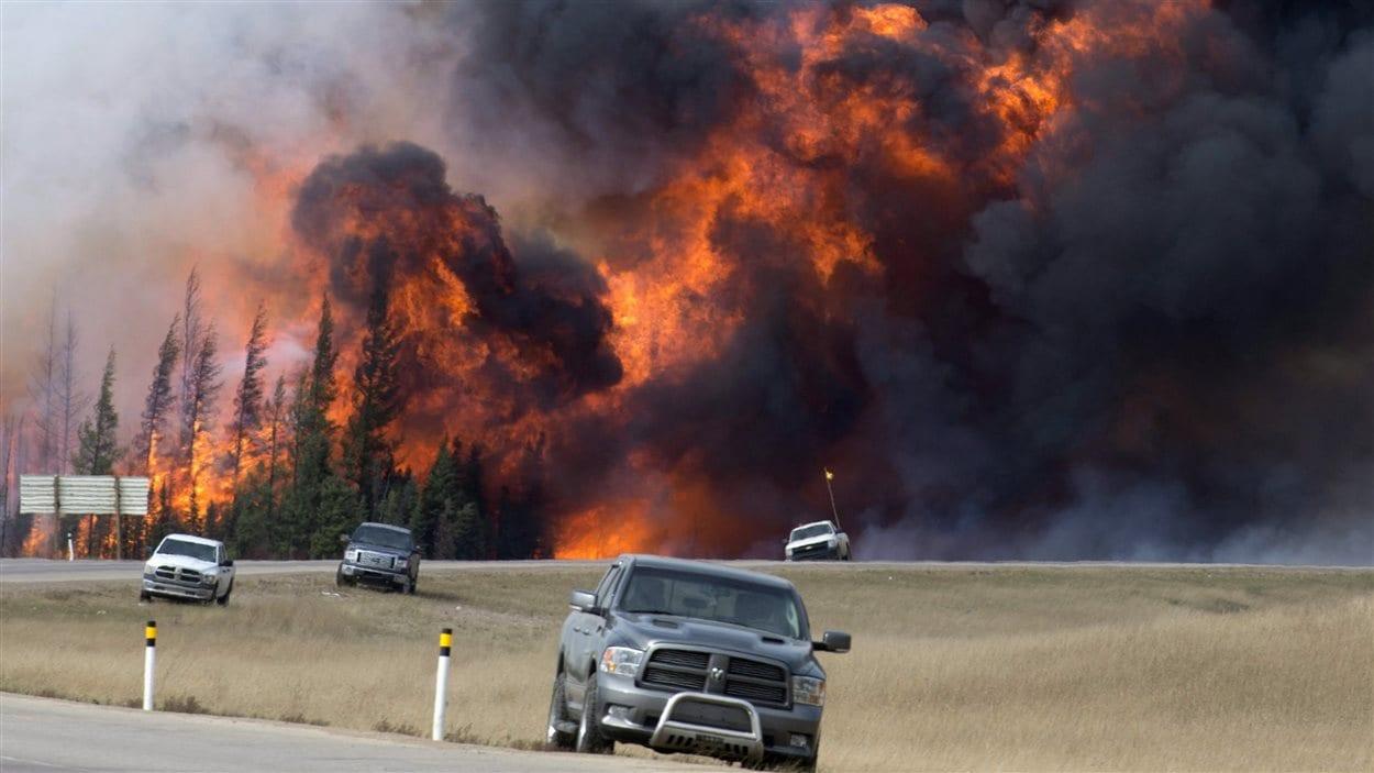 Imposant feu de forêt à Fort McMurray