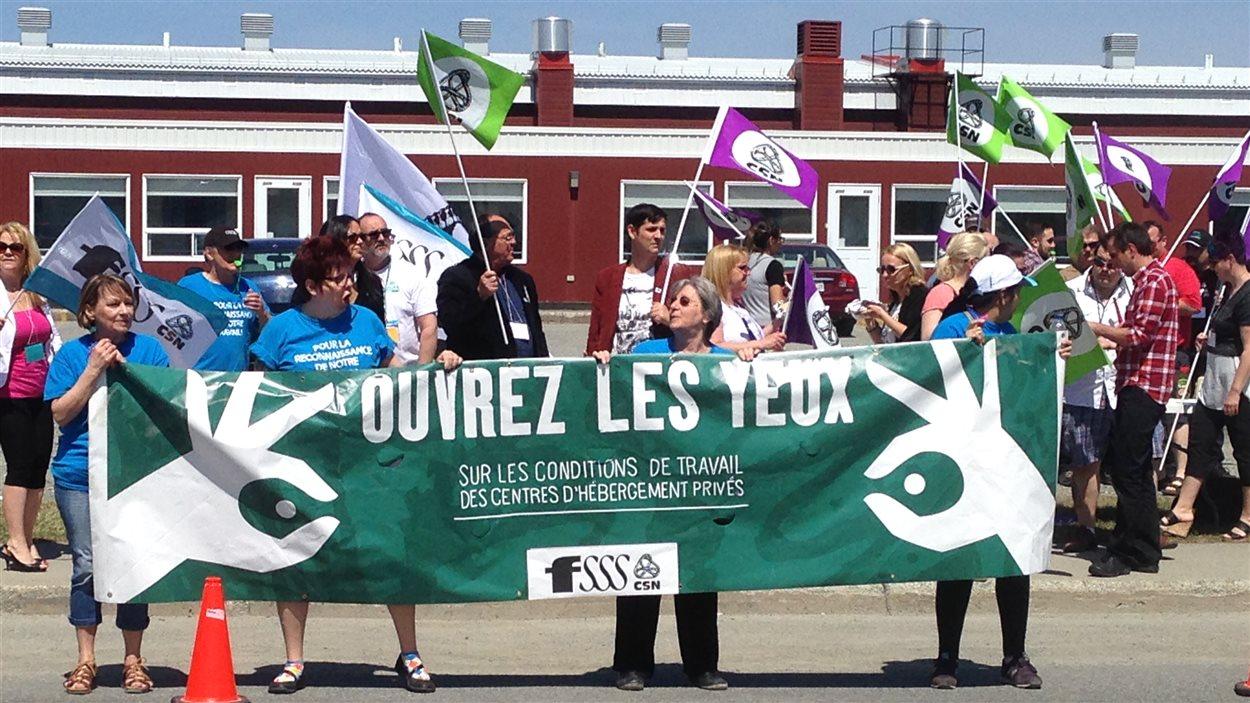 Une soixantaine de personnes manifestant devant la résidence le Domaine des pionniers à Val-d'Or.