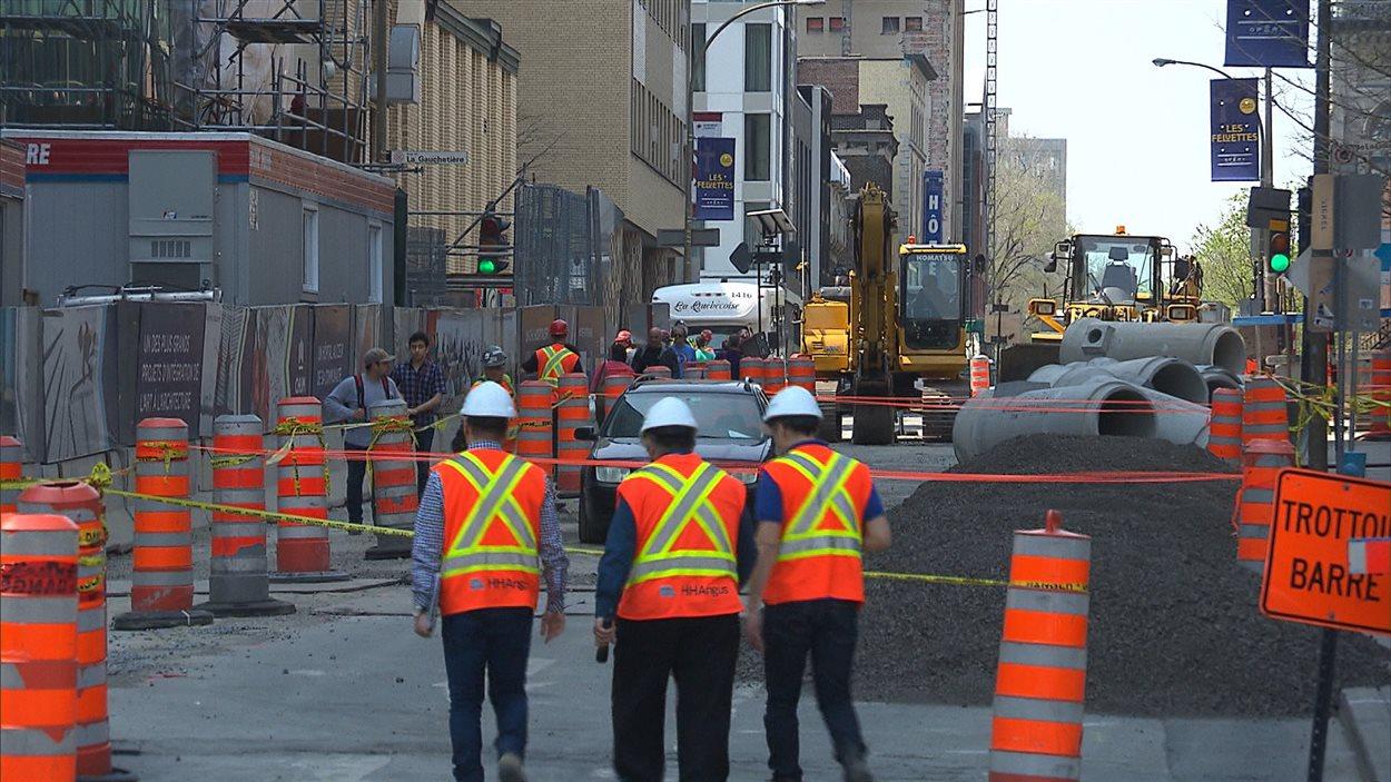 Une dizaine de travailleurs ont interrompu leurs activités après avoir constaté des fissures dans des matériaux.