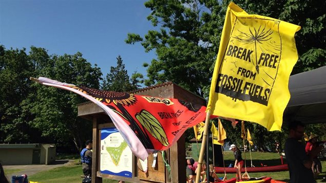 Le drapeau de la journée d'action symbolique globale Break Free.