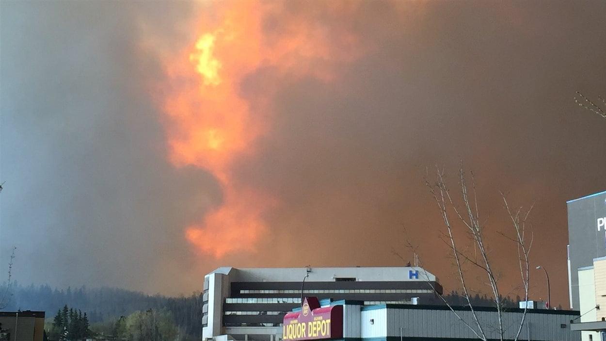 Les flammes visibles derrière l'hôpital Northern Lights de Fort McMurray.