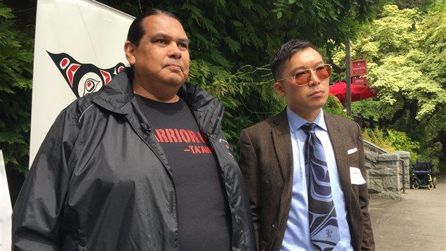 Rueben George, porte-parole de la Première Nation Tsleil-Waututh (gauche) et Eugene Kung de West Coast Environmental Law.