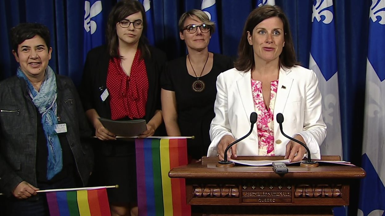 La ministre de la Justice du Québec, Stéphanie Vallée, annonce le dépôt et le contenu du projet de loi 103 sur les droits des personnes transgenres, le 31 mai 2016 à Québec.