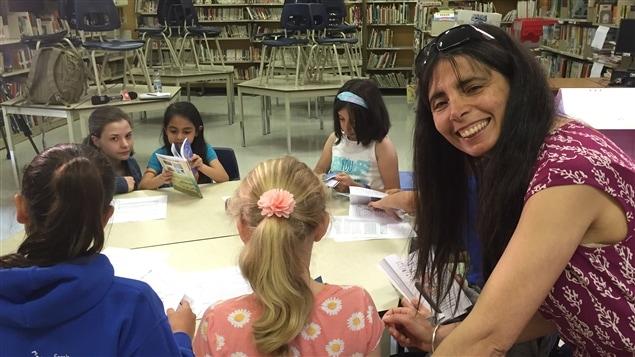 Pour Rahouadja Zarzi, son travail d'enseignante vise aussi l'épanouissement des enfants.