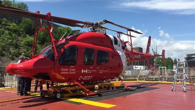 Les scientifiques disposent d'un hélicoptère pendant la mission.