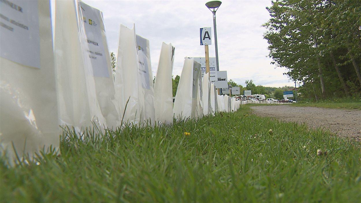 Des centaines de luminaires bordent la piste du Relais pour la vie au parc Beauséjour.