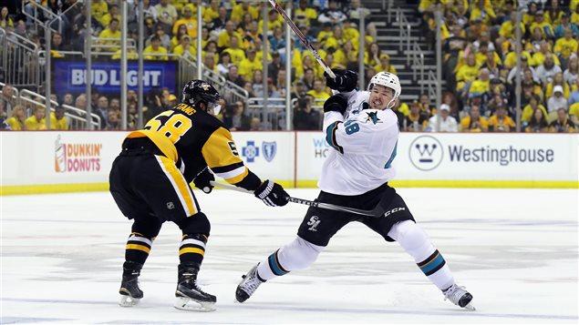 Tomas Hertl (à gauche) face à Kris Letang, des Penguins