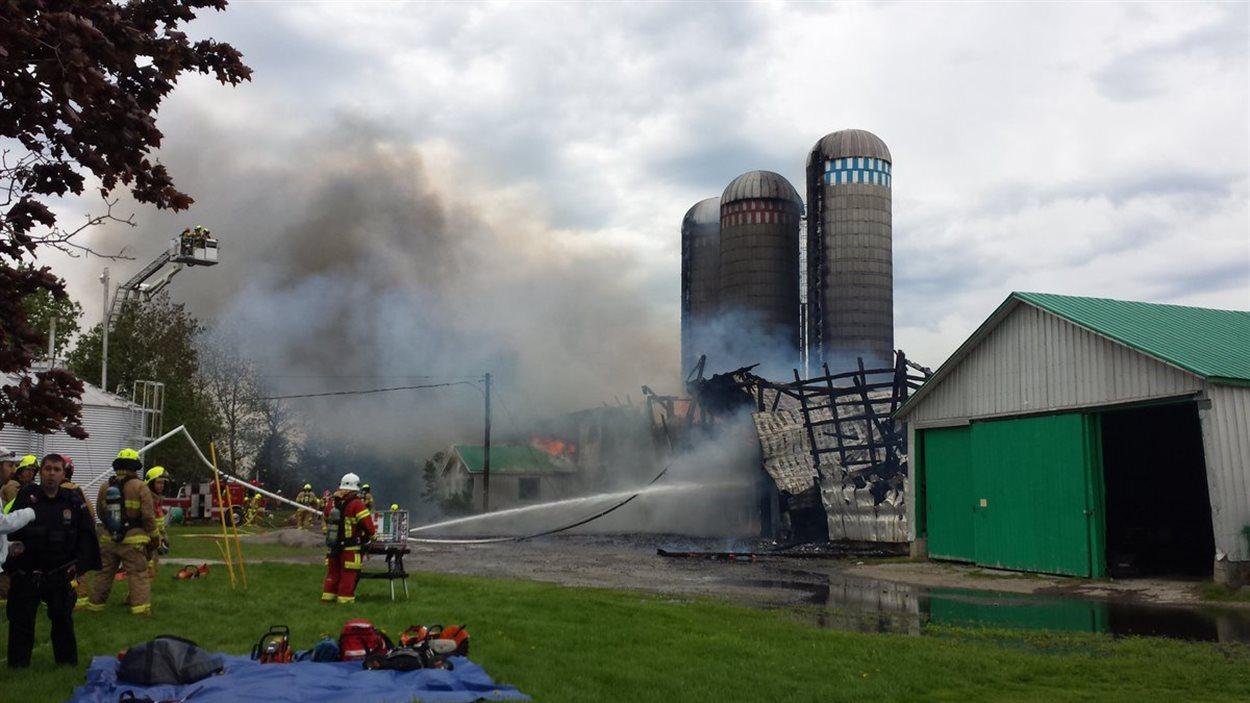La ferme laitière touchée par l'incendie est située au 498, route 138.