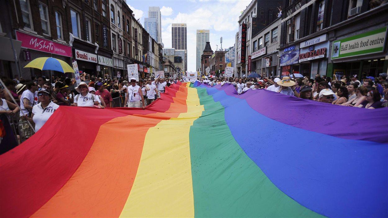 Le défilé gai de Toronto attire des milliers de personnes chaque année.
