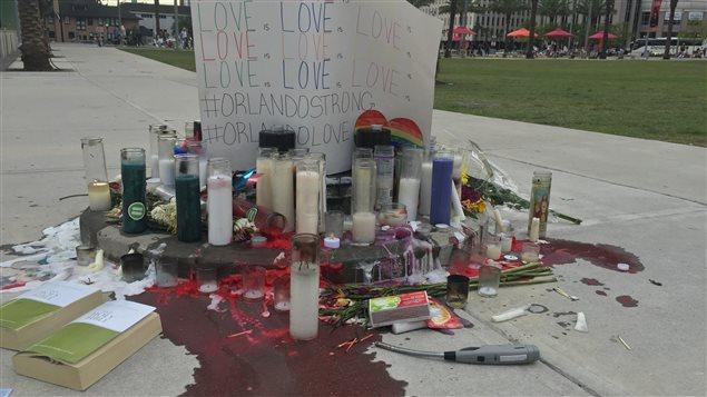 Un mémorial créé avec de la cire rouge pour rendre hommage aux victimes de la fusillade d'Orlando.
