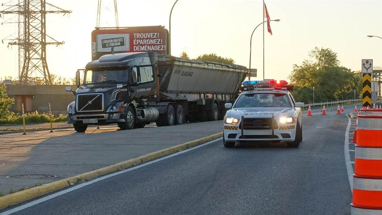 Les camions dont le poids brut (charge comprise) excède 13,5 tonnes ne peuvent circuler sur le pont Victoria.