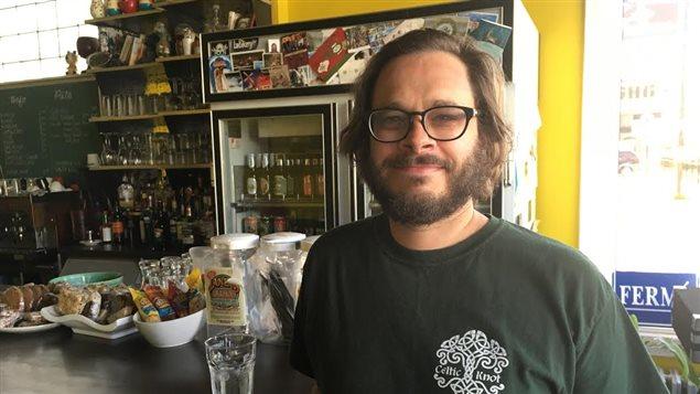 Marc Léger devant son bar