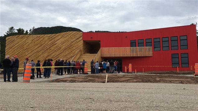 Ouverture officielle du Pavillon expérientiel qui présente l'exposition multimédia Tektonik. Extérieur du bâtiment avec file de visiteurs.