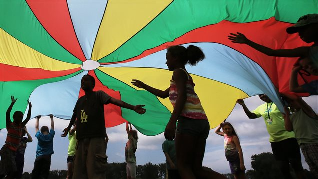 Des enfants jouent dans un camp d'été.