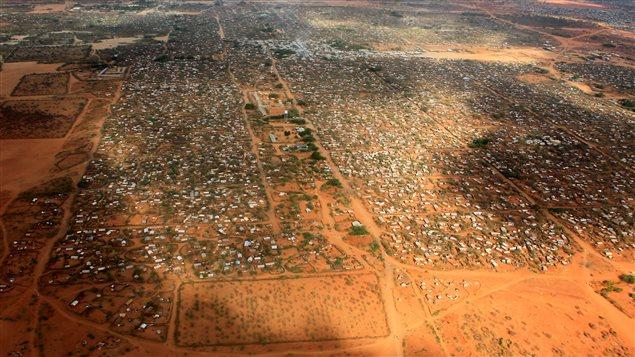 Vue aérienne du camp de réfugiés Dagahaley, à Dadaab, près de la frontière entre le Kenya et de la Somalie. Plus de 350 000 personnes y sont logées.