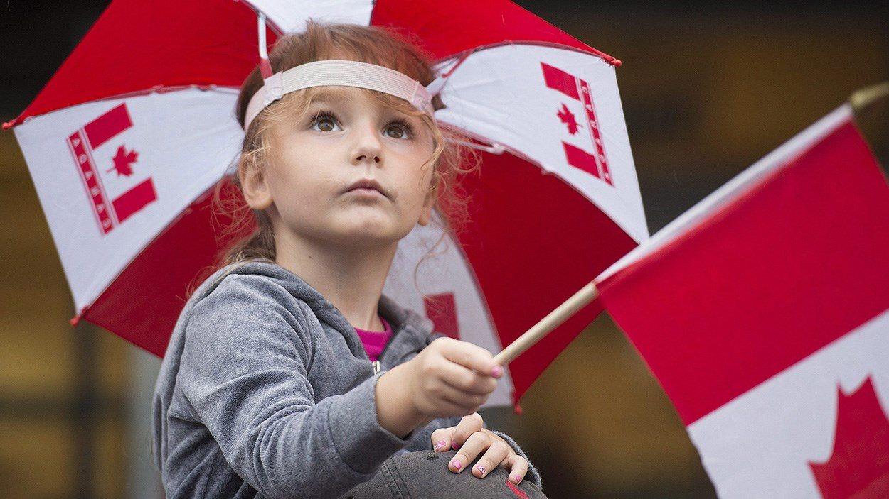 Une enfant qui assiste au défilé de la fête du Canada (archives)
