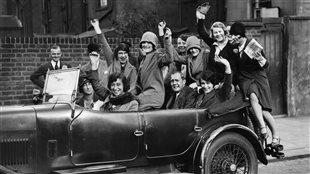 En 1929, des Flappers célèbrent la victoire du Parti conservateur en Angleterre.