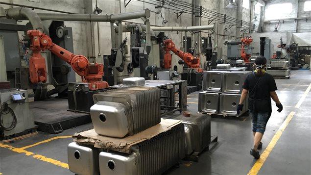 Chen Conghan possède neuf robots dans son usine d'éviers.