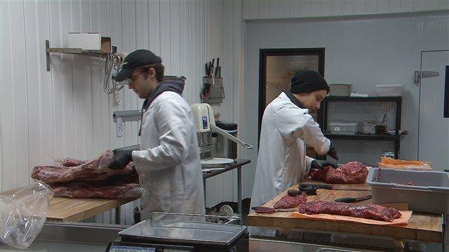 La boucherie Eumatimi inscrit déjà des dates de péremption sur ses emballages.
