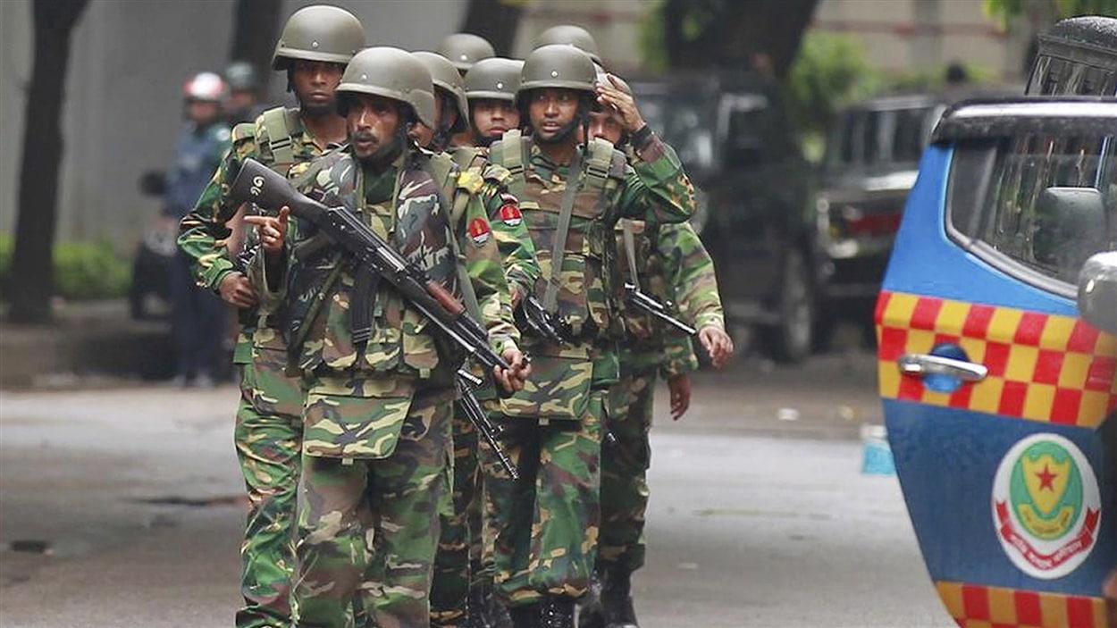 Les forces de sécurité ont donné l'assaut pour libérer une vingtaine d'otages, dont sept Italiens, dans un restaurant de Dacca au Bangladesh