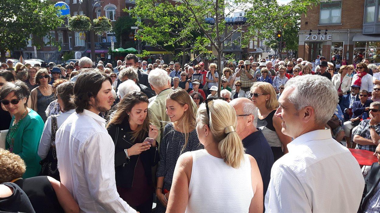 Des centaines de personnes se sont déplacées pour assister à l'inauguration de la place Richard-Garneau.