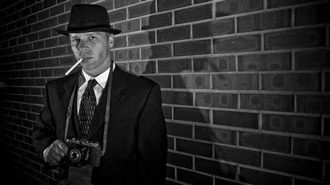 Un détective privé typique des vieux films hollwoodiens