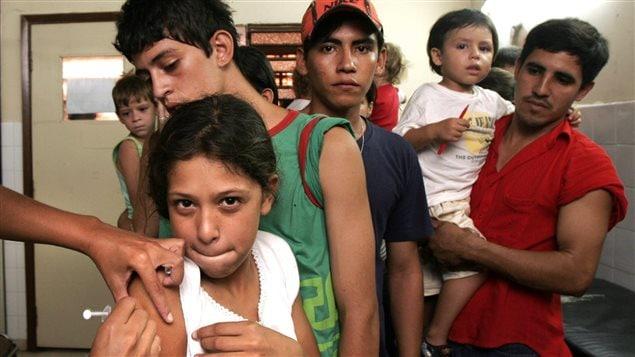 Une fille reçoit le vaccin contre la fièvre jaune au Paraguay