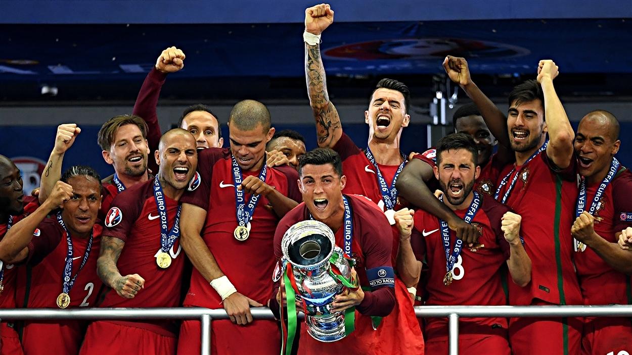 L'équipe du Portugal célèbre sa victoire à l'Euro 2016