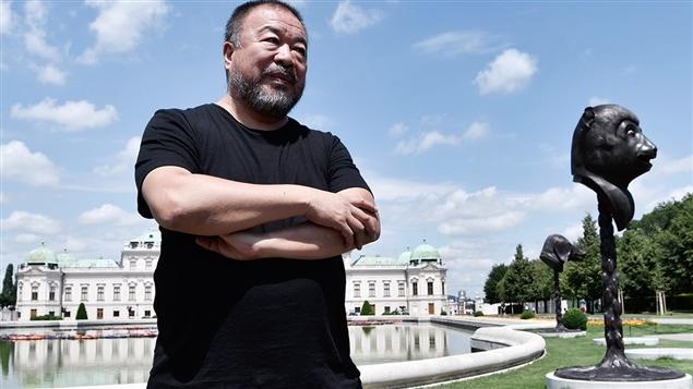 L'artiste Ai Weiwei pose devant ses installations «F Lotus» et «Circle of Animals/Zodiac Heads», à Vienne