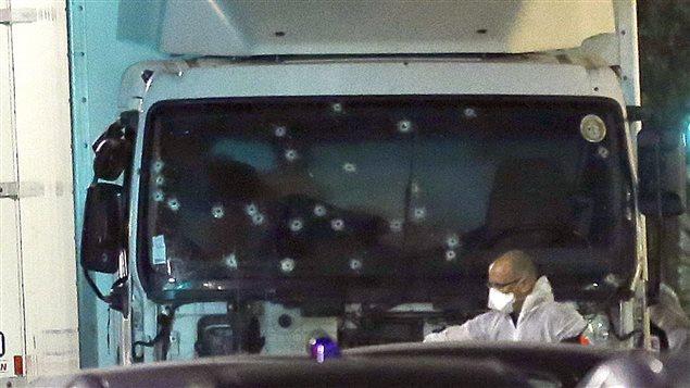 Le pare-brise du camion qui a foncé sur la foule à Nice est criblé de balles.