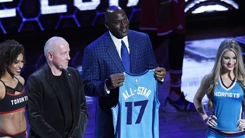Michael Jordan, le propriétaire des Hornets de Charlotte, reçoit le chandail lui signifiant qu'il sera hôte du match des étoiles en 2017.
