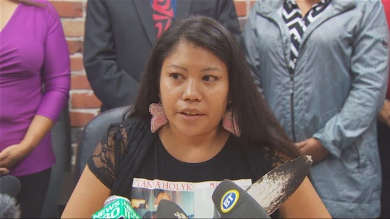 Lorelei Williams lors de la conférence de presse d'une coalition de 35 groupes de soutien et de défense des femmes autochtones, accueille les détails sur l'Enquête nationale prudemment.
