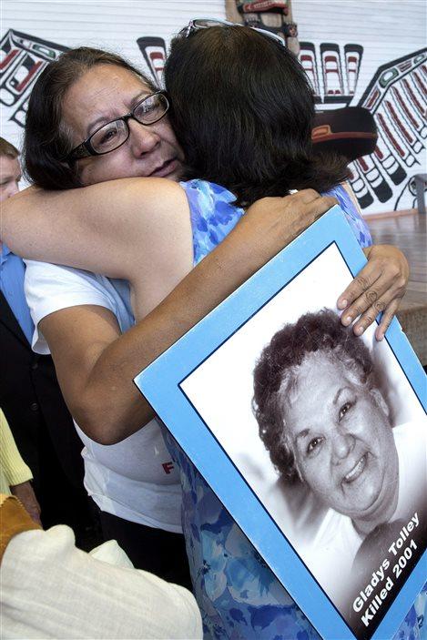 Bridget Tolley, dont la mère a été tuée en 2001, est consolée par une autre femme en marge de l'annonce du mandat de l'Enquête nationale.