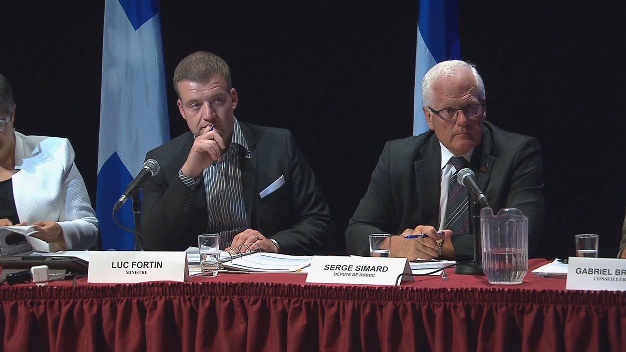 Le ministre de la Culture et des Communications du Québec, Luc Fortin, et le député de Dubuc, Serge Simard, lors de la consultation publique à Saguenay, le 8 août 2016.