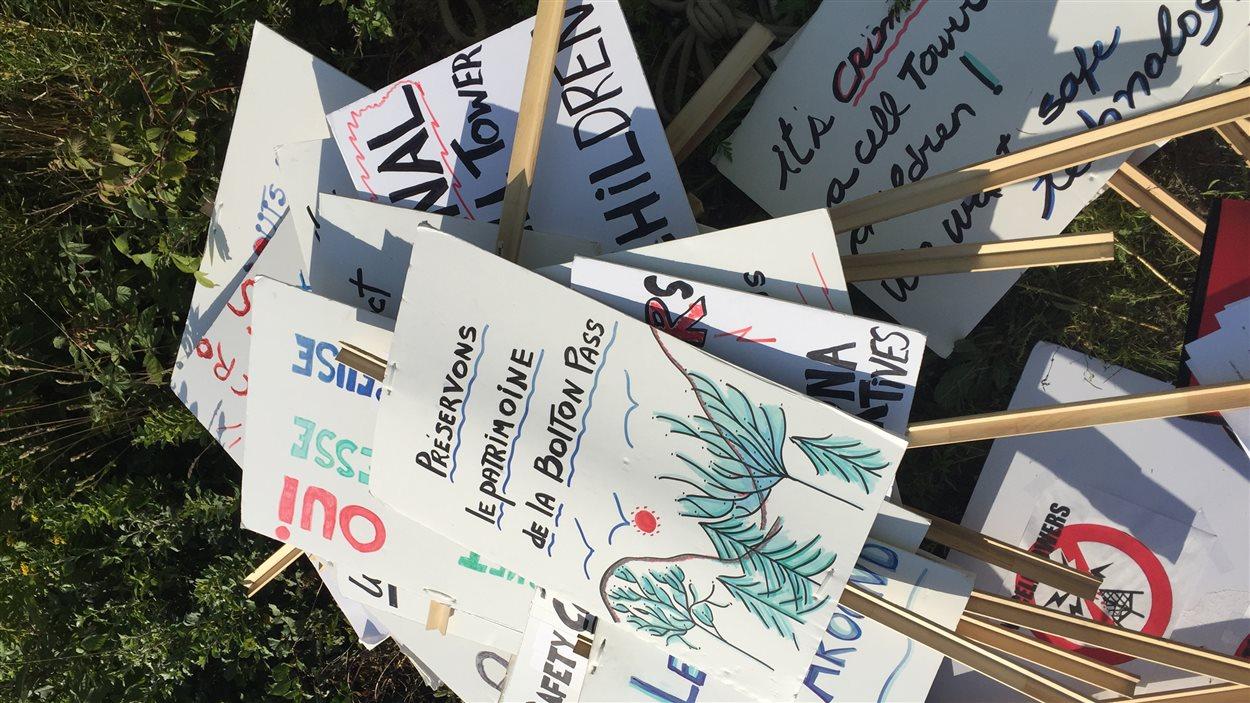 Les manifestants avaient eux plusieurs pancartes dénonçant le projet de tour.