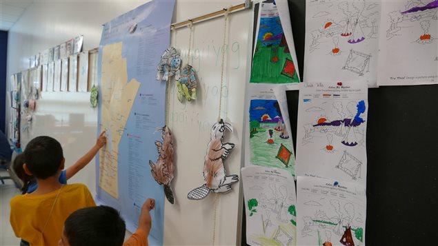 L'école Riverbend Community School offre des programmes bilingues en langues autochtones.