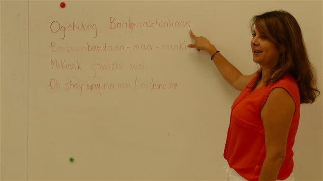 Rebecca Chartrand explique les paroles d'une chanson en langue ojibwée.