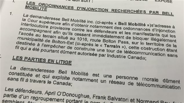 Une copie de la demande en injonction de Bell Mobilité envoyée aux opposants au projet de tour à Bolton-Est.